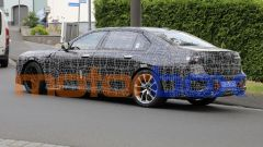 BMW Serie 7 2022: visuale di 3/4 posteriore