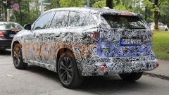 BMW X1 2022, pannelli posticci nascondono la superficie delle portiere