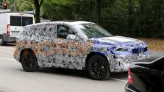 BMW X1 2022, vista 3/4 anteriore, lato destro