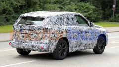 BMW X1 2022, vista 3/4 posteriore, lato destro
