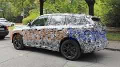BMW X1 2022, vista 3/4 posteriore, lato sinistro