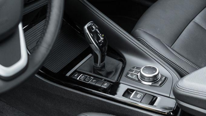 BMW X1 xDrive20d, i settaggi dei driving mode accanto alla leva del cambio