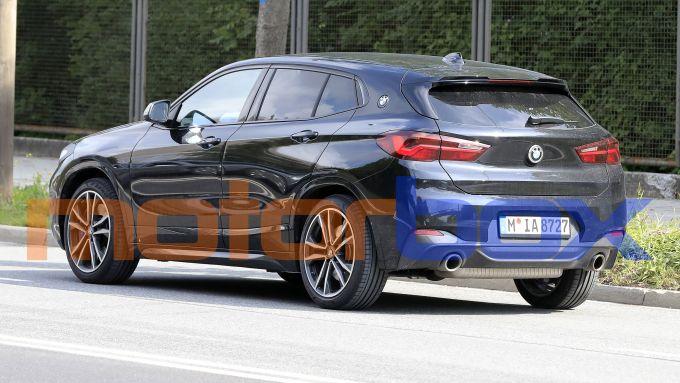 BMW X2 2021: visuale di 3/4 posteriore