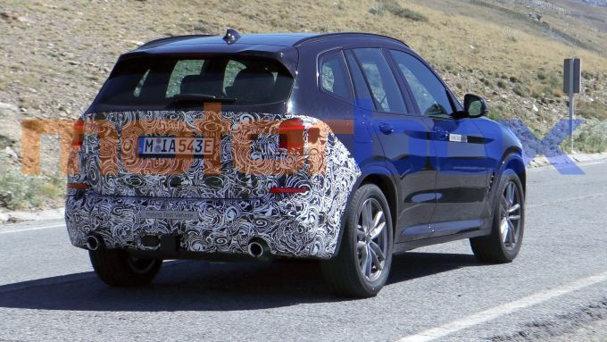 BMW X3 2021 plug-in: visuale di 3/4 posteriore