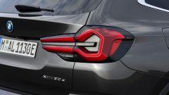 BMW X3 2022 facelift: i nuovi fari posteriori
