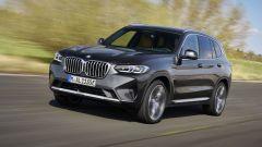 BMW X3 2022 facelift: visuale di 3/4 anteriore