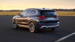 BMW X3 2022 facelift: visuale di 3/4 posteriore