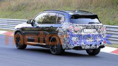 BMW X3 M 2021: visuale di 3/4 posteriore