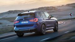 BMW X3 M Competition 2022: visuale di 3/4 posteriore