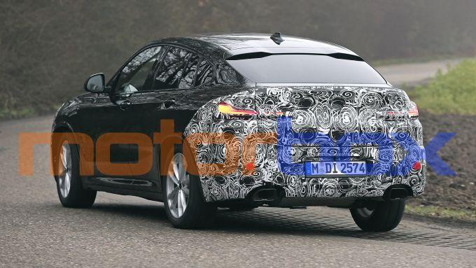 BMW X4 2021: visuale di 3/4 posteriore