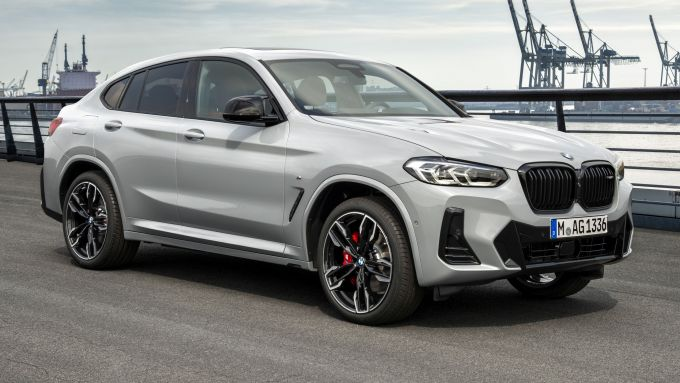 BMW X4 2022 facelift: visuale di 3/4 anteriore