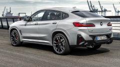 BMW X4 2022 facelift: visuale di 3/4 posteriore