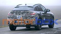 BMW X4 M 2021: visuale di 3/4 posteriore