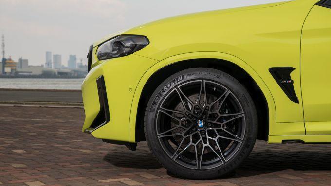BMW X4 M Competition 2022: i cerchi in lega da 20
