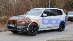 Nuova BMW X7 2022: il lifting di mezza età le cambia i connotati - Immagine: 1