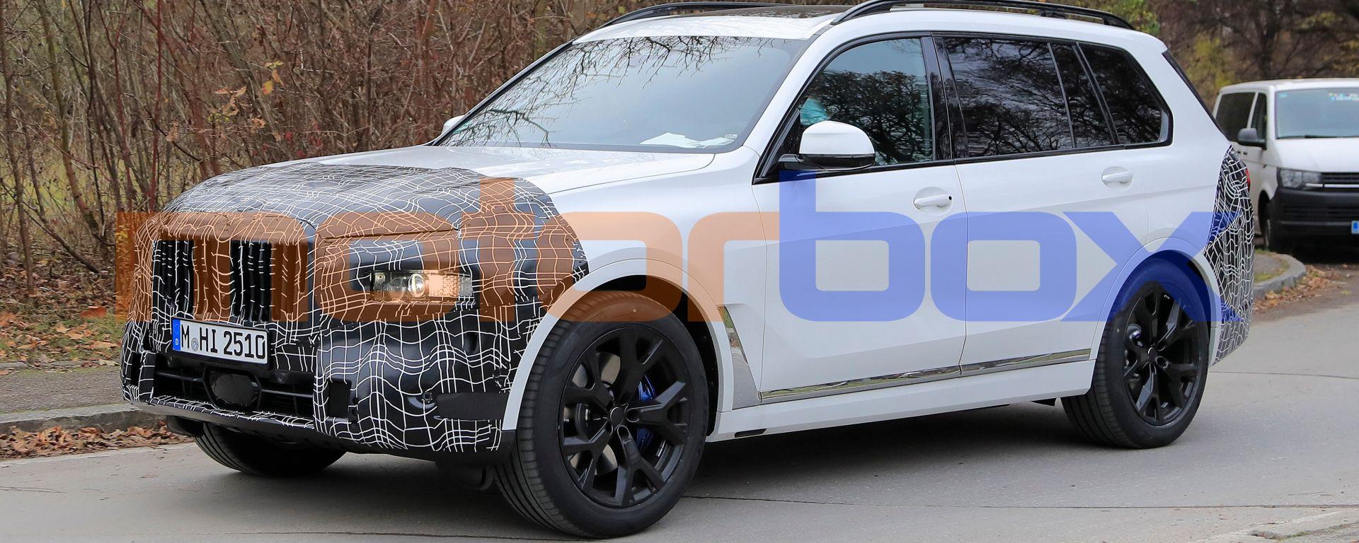 Nuova BMW X7 2022: il lifting di mezza età le cambia i connotati