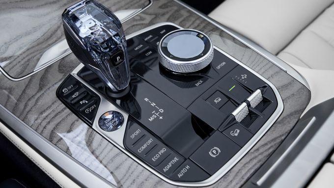 BMW X7, il pomello del cambio in vetro
