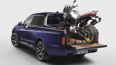 BMW X7 Pick-up: il cassone può ospitare una BMW F 850 GS