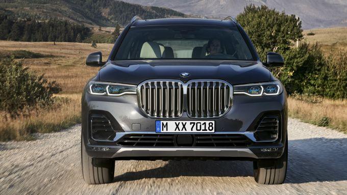 BMW X7, un doppio rene gigantesco
