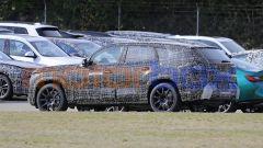 BMW X8 2022, il lunotto non ha un taglio da coupé