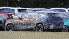BMW X8 2022, le camuffature sono ancora molto estese
