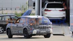 BMW X8 2022, vista 3/4 posteriore