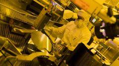 Bosch: tecnici al lavoro su un wafer (disco) di silicio