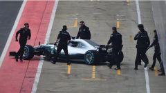 Bottas torna ai box dopo la prima uscita con la nuova Mercedes W09
