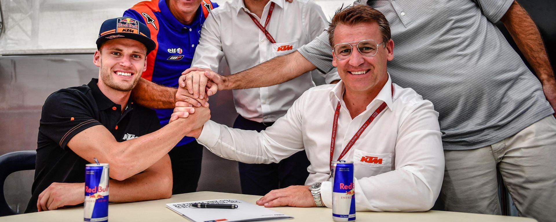 Brad Binder firma il contratto con il team Red Bull KTM Tech3 in MotoGP