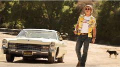 Brad Pitt con la Cadillac Coupe de Ville del 1966 in C'era una volta a Hollywood