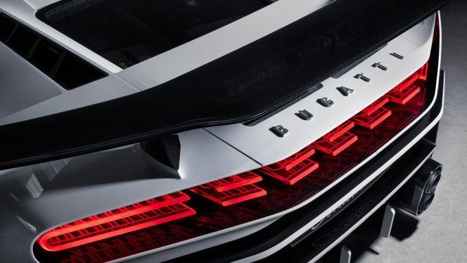 Bugatti Centodieci, l'alettone posteriore fisso e la griglia di ventilazione definita dai gruppi ottici
