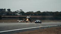Bugatti Chiron Sport Les Legendes Du Ciel e Dassault Rafale Marine: la drag race