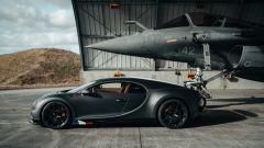 Bugatti Chiron Sport Les Legendes Du Ciel e Dassault Rafale Marine nell'hangar