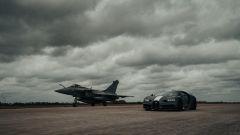 Bugatti Chiron Sport Les Legendes Du Ciel e Dassault Rafale Marine sulla linea di partenza