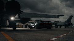 Bugatti Chiron Sport Les Legendes Du Ciel e Dassault Rafale Marine sulla pista di Landivisiau