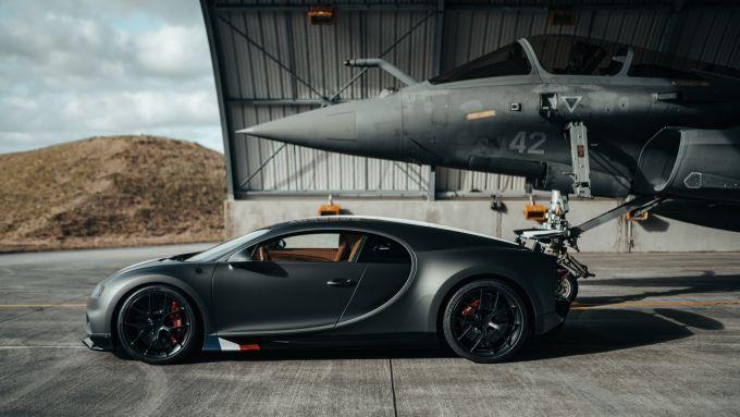 Bugatti Chiron Sport Les Legendes Du Ciel e Dassoult Raphale Marine nell'hangar
