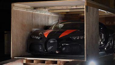 Bugatti Chiron Super Sport 300+, unboxing a suon di fiamme e fuochi d'artificio