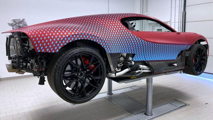 Bugatti Divo Lady Bug: l'hypercar sollevata per agevolare l'applicazione dei tasselli a diamante