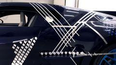 Bugatti Divo Lady Bug: si tirano le tracce con adesivo in carta prima di iniziare l'applicazione