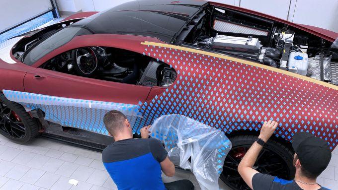 Bugatti Divo Lady Bug: una fase della lavorazione sulla carrozzeria