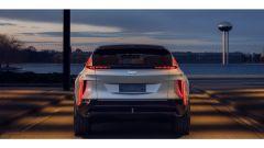 Cadillac Lyriq: al posteriore i fari sono in parte orizzontali e in parte verticali
