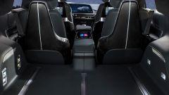 Cadillac Lyriq: il bagagliaio e i sedili posteriori col grosso bracciolo con display integrato