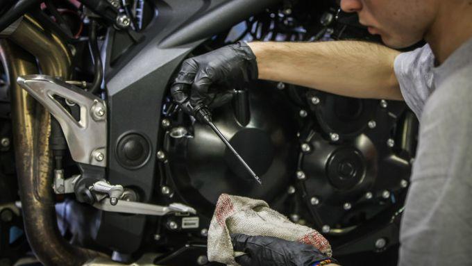 Cambio olio moto, controllo livello