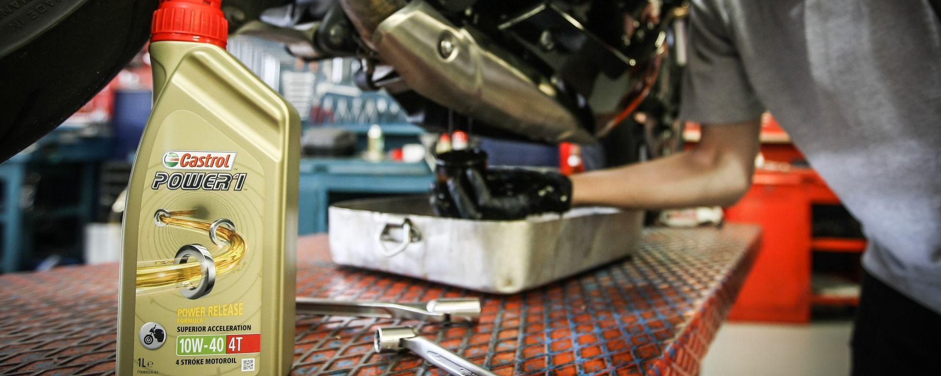 Cambio olio moto, lubrificante Castrol Power1