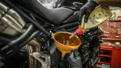 Cambio olio moto, riempimento