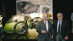 Carlo Perelli (a destra) con Umberto Todero uno dei progettisti della leggendaria Moto Guzzi 500 8 cilindri da GP del 1955