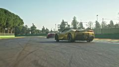 Carlos & Charles, il drift di Leclerc nel nuovo video ufficiale Ferrari con le SF90 Stradale e Spider