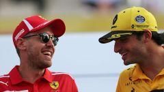 Carlos Sainz ai tempi della Renault con Sebastian Vettel (Ferrari)