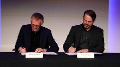 Carlos Tavares e Mike Manley firmano l'accordo di