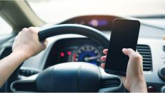 Multa per cellulare alla guida, fermi al semaforo. Valida o no?